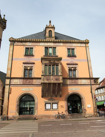 vins: OBERNAI, FRANCE - MAY 11, 2015: Town hall at the market square of Obernai, Alsace, France Editorial