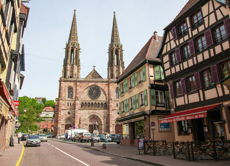 des vins: OBERNAI, FRANCE - MAY 11, 2015: Church of St. Peter and St. Paul and historic houses in the center of Obernai, Bas-Rhin, Alsace, France