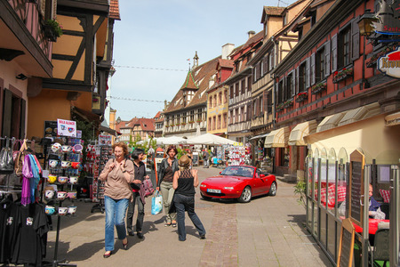 vins: OBERNAI, FRANCE - MAY 11, 2015: Street with typical half-timbered houses in Obernai, Alsace, France Editorial
