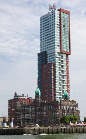 oficina antigua: ROTTERDAM, Holanda - 09 de agosto 2015: Hotel de Nueva York, el antiguo edificio de la oficina de los Estados Unidos L�neas de Holanda, en el barrio de Kop van Zuid en Rotterdam, por la Nieuwe Maas en Holanda del Sur, Pa�ses Bajos. Editorial