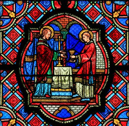 스테인드 글라스 창 예수님과 투어, 프랑스 대성당에서 성체와 세인트를 묘사.