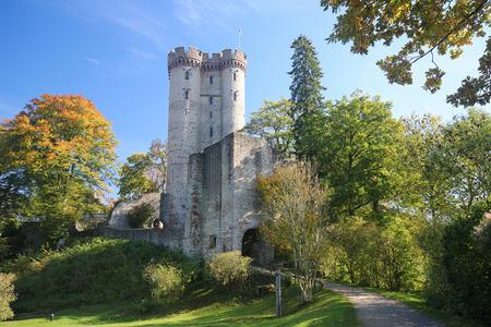 castillo medieval: El castillo medieval Kasselburg (Siglo 12) cerca del pueblo de Pelm en el distrito Vulkaneifel en Renania-Palatinado, Alemania. Editorial