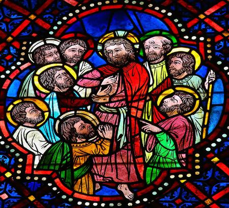 dudando: LEON, ESPAÑA - 17 de julio de 2014: vidriera que representa a Jesús y los apóstoles en la catedral de León, Castilla y León, España. El episodio de Thomas herida Apóstol conmovedora de Jesús se representa.