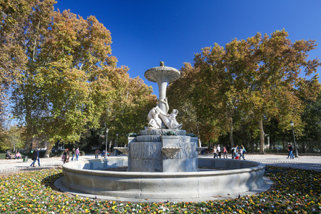 parque del buen retiro: MADRID, SPAIN - NOVEMBER 14, 2015: Sculpted Fountain in the Buen Retiro Park, one of the main attractions of Madrid, Spain.