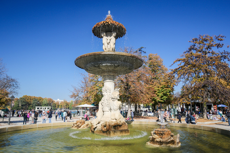 parque del buen retiro: MADRID, SPAIN - NOVEMBER 14, 2015: Fountain the Buen Retiro Park, one of the main attractions of Madrid, Spain.