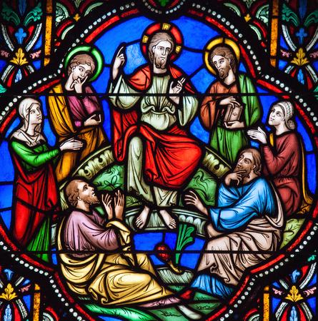 Bruxelles, Belgio - 26 luglio, 2012: Vetrata raffigurante Gesù e il Discorso della Montagna nella cattedrale di Bruxelles, Belgio