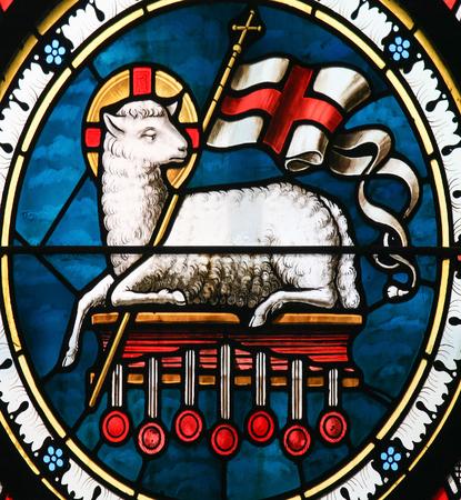 ストックホルム, スウェーデン - 2010 年 4 月 16 日: アニュス ・ デイ。キリスト教のバナー、神の子羊のシンボルを保持しているラムのステンド グラ 報道画像