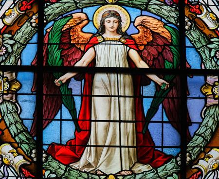 STOCKHOLM, ZWEDEN - APRIL 16, 2010: Gebrandschilderd glasvenster die een engel in de Duitse Kerk in Gamla Stan, Stockholm afschilderen.