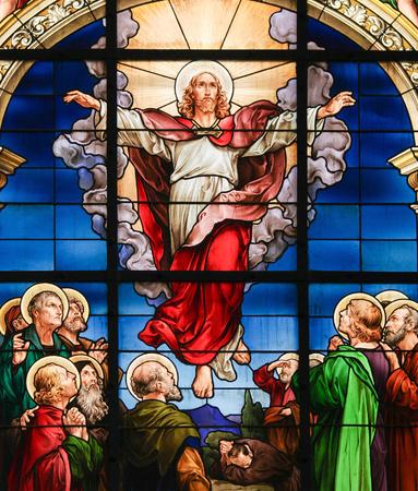 STOCKHOLM, Zweden - 16 april 2010: Glas in lood raam in de Duitse Kerk in Stockholm Zweden, die de hemelvaart van Christus.
