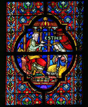 DINANT, BELGIË - 16 oktober 2011 Glas in lood raam beeltenis van Esther, bijbelse koningin van Perzië, in de Notre Dame kerk in Dinant, België Redactioneel