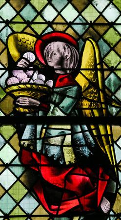 ROUEN, FRANCE - 10 février 2013: Angel avec une Eucharistie sur un vitrail de la cathédrale de Rouen, France