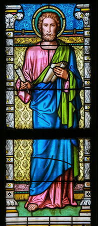 testament schreiben: PRAGUE, CZECH REPUBLIC - APRIL 2, 2016: Stained Glass window in St. Vitus Cathedral, Prague., depicting Saint Luke the Evangelist