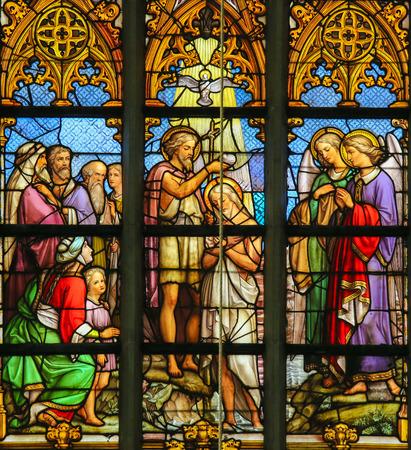 Lier, Belgio - 16 maggio, 2015: Vetrata (1860) nella Chiesa di San Gummaro a Lier, Belgio, raffigurante il Battesimo di Gesù da san Giovanni nel fiume Giordano