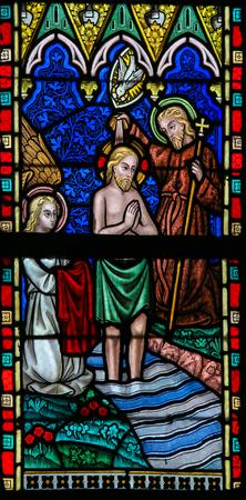 religion catolica: Lier, BÉLGICA - 16 DE MAYO, 2015: Vitral en la Iglesia de San Gummarus en Lier, Bélgica, que representa el bautismo de Cristo de San Juan Bautista en el río Jordán