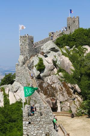 drapeau portugal: SINTRA, PORTUGAL - 19 juillet 2016: Le Château des Maures (Castelo dos Mouros) est un château médiéval perché situé à Sintra, district de Lisbonne, Portugal.