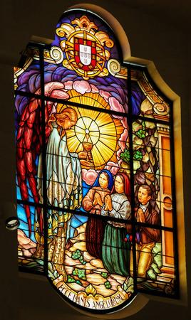 FATIMA, PORTUGAL - 23. Juli 2016: Glasmalerei zeigt eine Vision eines Engels durch den Hirtenkindern im Heiligtum von Fatima in Portugal. Ecce Panis Angelorum bedeutet das Brot der Engel: Siehe,