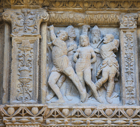 portada: 16th Century Principal Gate at the Church of Santo Tomas in Haro, La Rioja, Spain, detail depicting the Flagellation of Jesus