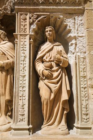principal: Estatua de San Juan el Apóstol, representado con un cáliz y una serpiente, que forma parte de la 16ª Puerta Principal del siglo en la iglesia de Santo Tomás en Haro, La Rioja, España