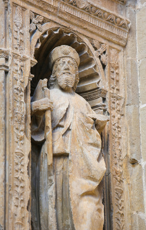 portada: Statue of Saint James the Greater, one of the Apostles, at the16th Century Principal Gate at the Church of Santo Tomas in Haro, La Rioja, Spain