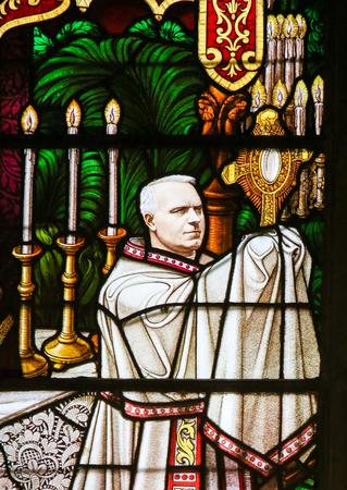 ベルギーのメヘレンの聖 Rumbold の大聖堂で、聖体器、顕示を保持している司教を描いたステンド グラスの窓。