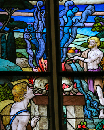 sacrificio: Vitral que representa a un sacrificio de corderos en la Catedral de San Romualdo de Malinas, Bélgica. Editorial