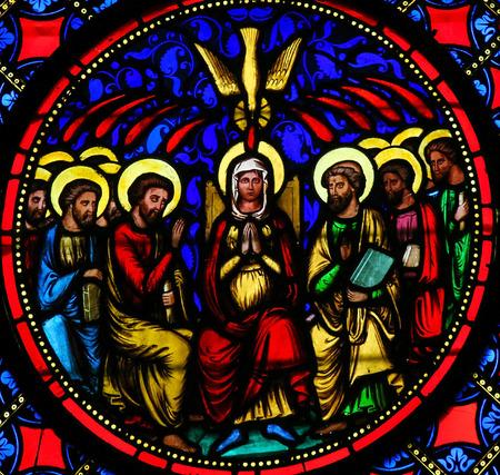 Vitráže okno katedrály Bayeux, Francie, znázorňující Matku Marii a apoštoly o Letnicích