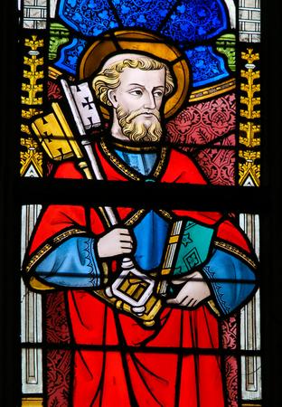 GHENT, Belgie - 23. prosince 2016: okno z vitráže zobrazující svatého Petra v katedrále Saint Bavo v Gentu ve Flandrech v Belgii.