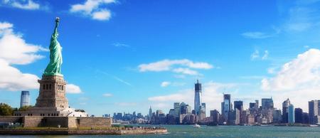 Panorama sur la Statue de la Liberté et le Skyline de Manhattan, New York, États-Unis Banque d'images