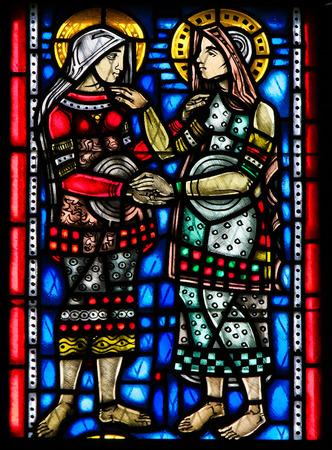 방문에서 어머니 마리아와 그녀의 조카 엘리자베스를 묘사 한 독일 웜스의 웜서 돔의 스테인드 글라스