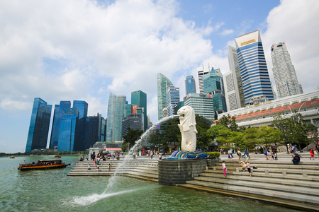 Marina Bay, Singapore - April 13, 2018: The Merlion, unofficial mascot of Singapore, half-fish and half-lion, at Marina Bay with the Singapore skyline in the background. 報道画像