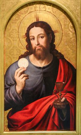 Pintura medieval en una iglesia en Valencia, España, que representa a Jesucristo sosteniendo la Eucaristía Editorial