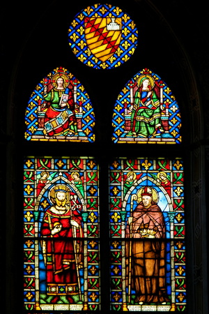 Stained Glass at the Basilica Santa Croce, Florence, Italy, depicting the French King Saint Louis and Saint Louis of Toulouse and Jesus and Mother Mary Standard-Bild - 111725946