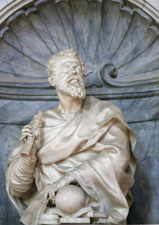 Statue of Galileo Galilei at his Tomb in the Basilica Santa Croce, Florence, Italy. Standard-Bild - 111725955