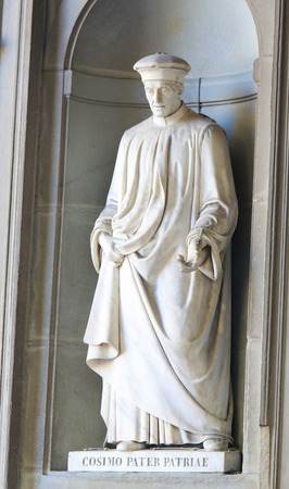 Statue of Cosimo di Giovanni de Medici, called the Elder and posthumously Father of the Fatherland or pater patriae, a famous statesman and banker, in the Uffizi Colonnade in Florence, Italy. Standard-Bild - 111725968