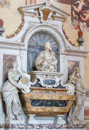 Statue of Galileo Galilei at his Tomb in the Basilica Santa Croce, Florence, Italy. Standard-Bild - 111725969