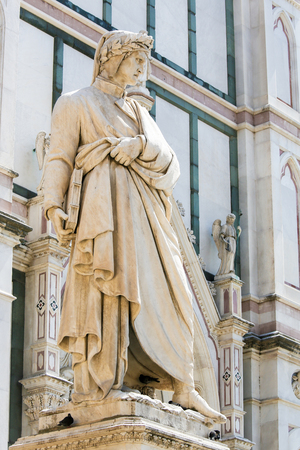 Statue of the famous Italian Poet Dante Alighieri, outside the Santa Croce Basilica in Florence, Italy Standard-Bild - 111725973