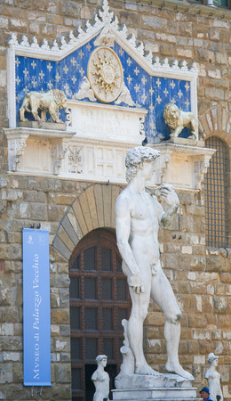 A replica of the David staue outside the Palazzo Vecchio in Florence, Italy. David is a masterpiece of Renaissance sculpture created in marble between 1501 and 1504 by the Italian artist Michelangelo. Standard-Bild - 111725980