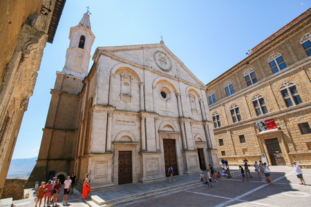 Duomo or Cathedral in the Center of the typical Renaissance town of Pienza, Italy Standard-Bild - 111810573