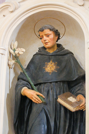 Sculpture of Saint Dominic in the Church of Sant Agostino (St Augustine), one of the oldest churches of San Gimignano, Tuscany, Italy Standard-Bild - 111810671