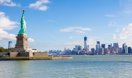 View on the Statue of Liberty and the Manhattan Skyline in New York City, United States Standard-Bild - 111811289
