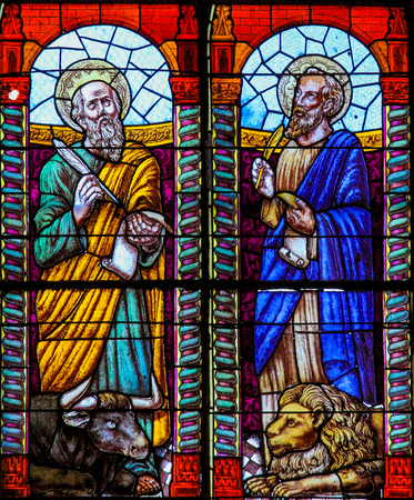 Stained glass depicting the evangelists Saint Luke and Saint Mark in the church of Ronda, Spain. Stockfoto