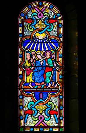 Stained Glass in the Cathedral of Monaco, depicting Mother Mary and the Apostles at Pentecost Stockfoto - 119630816