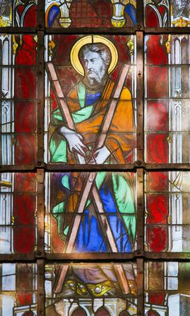 Vitrail dans l'église de Saint Severin, Quartier Latin, Paris, France, représentant Saint André ou Andreas avec sa croix caractéristique.