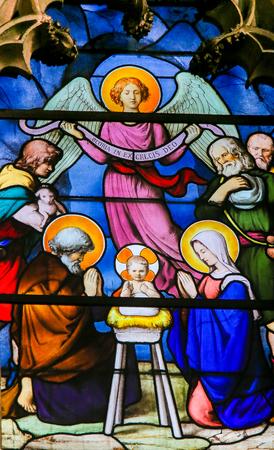 Vitraux dans l'église de Saint Séverin, Quartier Latin, Paris, France, représentant une crèche à Noël