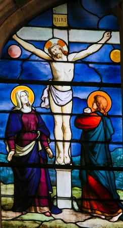 Vitraux dans l'église de Saint Séverin, Quartier Latin, Paris, France, représentant Jésus Christ en croix, avec Mère Marie et Saint Jean