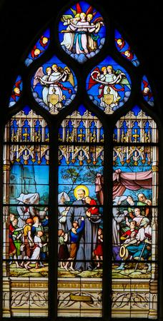 Vitrail dans l'église de Saint Severin, Quartier Latin, Paris, représentant Saint Vincent de Paul, un saint catholique français qui s'est consacré au service des pauvres. Banque d'images