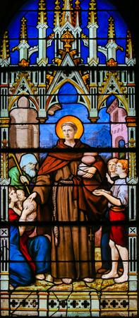 Vitraux dans l'église de Saint Séverin, Quartier Latin, Paris, France, représentant un saint catholique distribuant du pain aux pauvres.