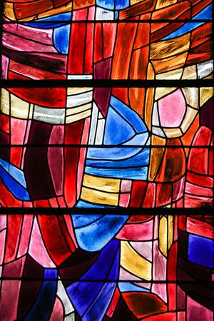 Vitraux abstraits dans l'église de Saint Séverin, Quartier Latin, Paris, France.