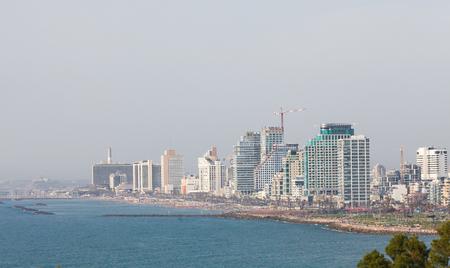 Vue sur l'horizon de Tel Aviv, Israël, par la côte méditerranéenne vue de Jaffa