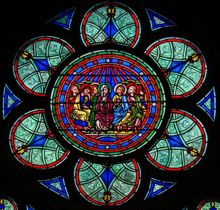 Gebrandschilderd glas in de kathedraal van Notre Dame, Parijs, Frankrijk, beeltenis van Moeder Maria en de discipelen met Pinksteren